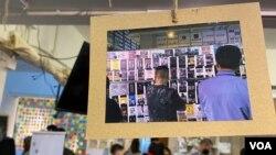 """多名香港年輕人趁聖誕長假期舉辦""""連儂說""""展覽及聖誕市集,重現部分去年反送中運動連儂牆的面貌,由義工訴說連儂牆背後的故事。(美國之音湯惠芸)"""