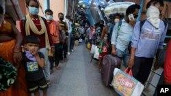 အိႏၵိယႏုိင္ငံ Ahmedabad ၿမိဳ႕က ဘူတာ႐ုံတခုမွာ COVID-19 စစ္ေဆးဖို႔ တန္းစီေနတဲ့ ခရီးသြားမ်ား။ (စက္တင္ဘာ ၁၈၊ ၂၀၂၀)