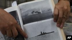 2차대전 역사 연구가인 리코 호세 교수가 5일 필리핀 마닐라의 연구실에서 필리핀 해저에 가라앉기 전 일본 해군 전함의 사진을 보여주고 있다.