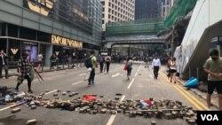 Sinh viên Hong Kong dùng gạch chặn các con đường.