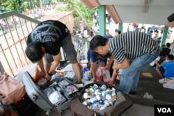 大陸水貨客在上水火車站附近行人天橋整理貨品