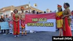 Empat orang berbusana adat Yogya dan Papua mewakili dua kelompok masyarakat. (Foto:VOA/ Nurhadi)