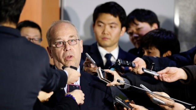 Ông Daniel Russel, Trợ lý Ngoại trưởng Mỹ phụ trách khu vực Đông Á – Thái Bình Dương, đề cập tới lệnh cấm vận vũ khí sát thương trong cuộc họp báo ở Washington hôm 18/5.