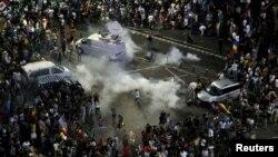 Polícia lança gás lacrimogéneo contra manifestantes em protesto contra o governo. Bucareste, Roménia, 10 Ago. 2018.