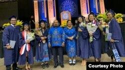 Tujuh putra-putri Papua (satu orang tidak ada di foto) hari Sabtu (4/5) lulus dari Universitas Corban, Oregon; seorang di antaranya berpredikat magna cum laude. (Courtesy: Gubernur Papua Lukas Enembe)