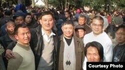 贵州人权人士在人民广场。左起:田祖湘、廖双元、糜崇标、陈西、雍志明、小王)(资料照片,来自网络)