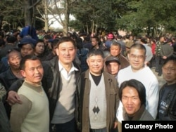 贵州人权人士在人民广场(左起:田祖湘、廖双元、糜崇标、陈西、雍志明、小王)