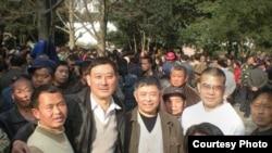 贵州维权人士在人民广场,陈西为右二穿白衣者