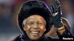 Nelson Mandela melambaikan tangannya kepada publik di Stadion Soccer City saat upacara penutupan kejuaraan World Cup 2010 di Johannesburg, Afrika Selatan (foto:dok).