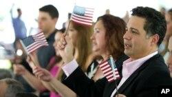 Tân công dân cầm cờ Mỹ trong buổi lễ tuyên thệ nhập quốc tịch ở trường đại học quốc tế Florida ngày 6/7/2015.