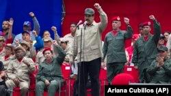 Le président vénézuélien Nicolas Maduro lors de la célébration du 7ème anniversaire de la milice bolivarienne devant le palais présidentiel de Miraflores à Caracas, au Venezuela le 17 avril 2017.