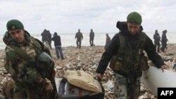 黎巴嫩士兵从坠机现场海岸收集飞机残骸