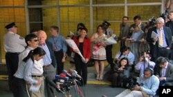 陳光誠抵達紐約大學研究生公寓樓後對記者和支持者講話(5月19日)