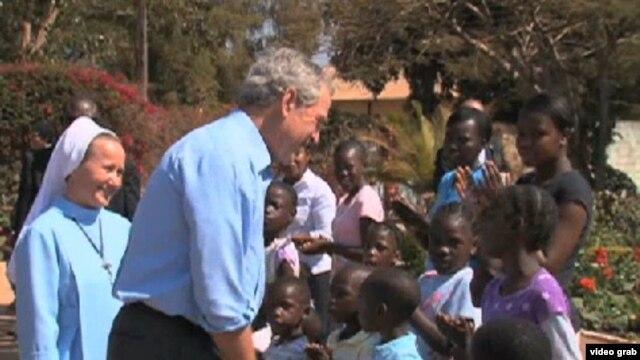 Cựu tổng thống George W. Bush thăm viện mồ côi ở Zambia