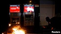 Một người biểu tình Hong Kong đang đập phá máy ATM trong cuộc tuần hành năm mới ở Hong Kong