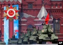 Legendarni sovjetski tenkovi T-34 učestvuju u paradi na Crvenom trgu, povodom 76. godišnjice pobede nad nacističkom Nemačkom u Drugom svetskom ratu, u Moskvi, 9. maja 2021.