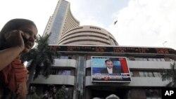 两人走过孟买股票交易所