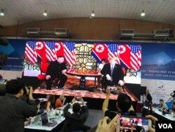 El presidente de EE.UU., Donald Trump (der.) y el líder de Corea del Norte, Kim Jong Un, durante su reunión cumbre en Vietnam.