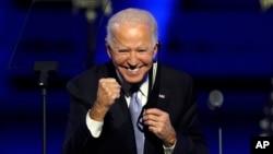 ប្រធានាធិបតីជាប់ឆ្នោតលោក Joe Biden ញញឹមដាក់អ្នកគាំទ្រ ក្នុងពេលថ្លែងសុន្ទរកថានៅទីក្រុង Wilmington រដ្ឋ Delaware កាលពីថ្ងៃសៅរ៍ ទី៧ ខែវិច្ឆិកា ឆ្នាំ២០២០។