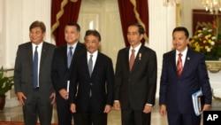 Presiden Jokowi menerima kunjungan delegasi FIFA dan AFC di Istana Merdeka, Jakarta (2/10). Dari kiri: Mariano Araneta (Komite Eksekutif AFC dari Filipina), Kozo Tashima (Anggota Komite Eksekutif FIFA dari Jepang), Pangeran Abdullah Ibni Sutlan Ahmad Shah ((Anggota Komite Eksekutif FIFA dari Malaysia), Presiden Joko Widodo dan Menteri Pemuda dan Olah Raga Imam Nahrowi.