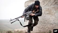 Seorang tentara pemberontak Suriah dalam pertempuran dengan pasukan pemerintah di Azaz, Suriah (foto: dok).