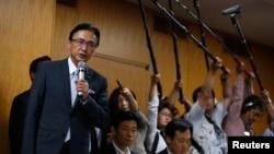 지난 5월 일본의 후루야 게이지 관방장관이 도쿄에서 납북 피해 가족과 만나 북-일 합의 내용을 설명하고 있다.