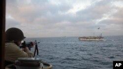 """阿根廷海岸警卫队发布的照片显示,阿根廷海岸警卫队在追击涉嫌非法捕捞的中国渔船""""京元626""""号8个小时后向该船射击。(2018年2月22日)"""