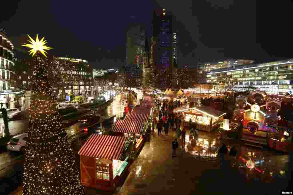 جرمنی کے دارالحکومت برلن کی کرسمس مارکیٹ دوبارہ کھول دی گئی ہے۔