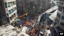 2016年3月31日印度东部城市加尔各答一座正在施工的桥梁坍塌现场。