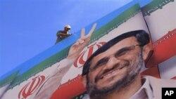 ہوائی اڈے کے راستے پر رنگ برنگے غبارے، ایرانی پرچم اور صدر احمدی نژاد کی تصاویر آویزاں ہیں۔