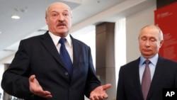 Presiden Belarusia Alexander Lukashenko (kiri) dan Presiden Rusia Vladimir Putin dalam pertemuan di Sochi, Rusia Februari tahun lalu (foto: dok).
