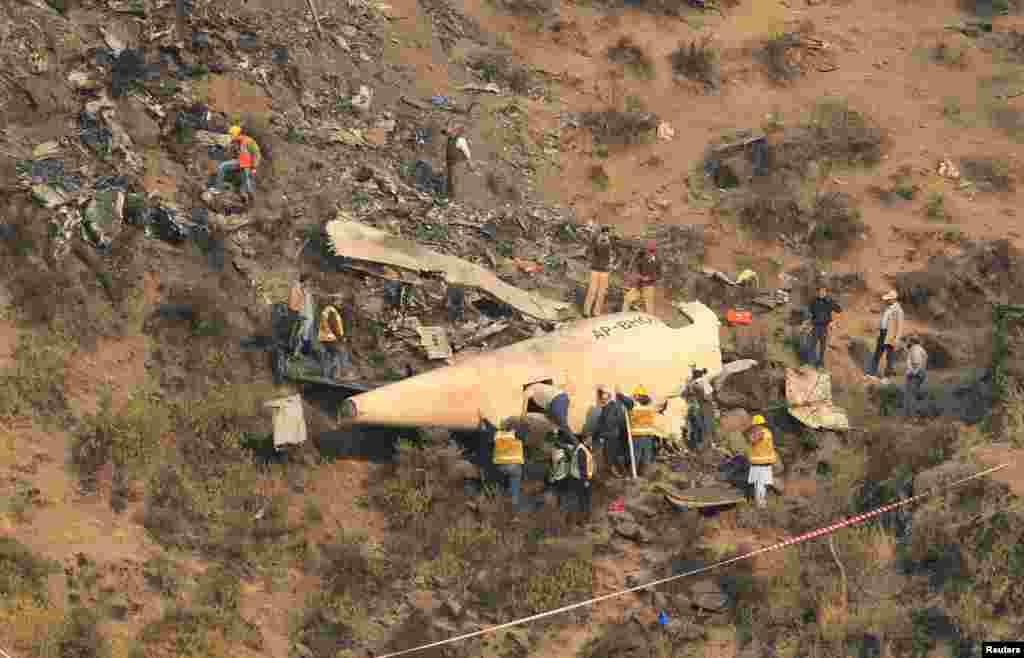 سقوط هواپیمای مسافربری با ۴۸ سرنشین در نزدیکی شهر ایبت آباد پاکستان. مقام های محلی پاکستان گفتند تمام سرنشینان این هواپیمای مسافربری جان خود را از دست دادند.