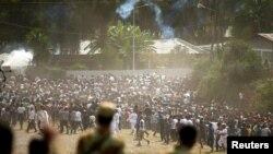 Watu wakikimbia kutokana na kufyetuliwa gesi ya kutoa machozi na polisi huko Bishoftu Oromiya siku ya Jumapili