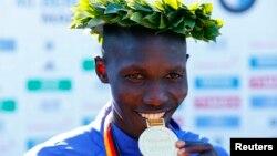 29일 독일 베를린에서 열린 2013 베를린마라톤에서 케냐의 윌슨 킵상 키프로티치가 2시간 3분 23초의 세계 신기록으로 우승했다.