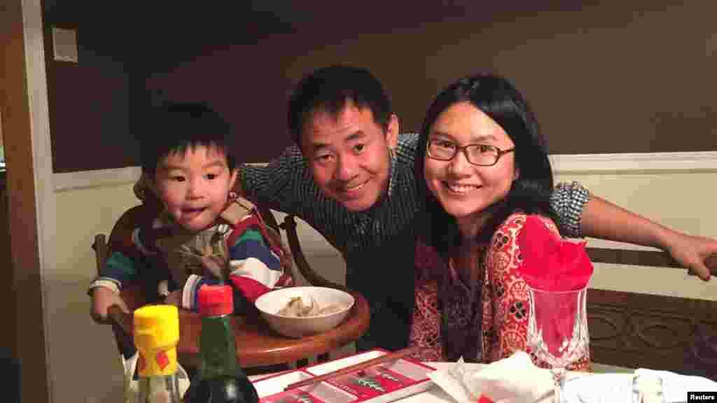 照片中的这个小家庭如今天各一方。丈夫王夕越被关在伊朗德黑兰的监狱里,母亲曲桦带着4岁的儿子辗转于美国和中国之间(曲桦提供)