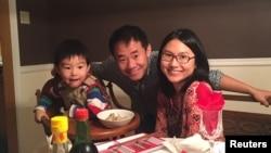آقای وانگ در کنار همسر و فرزندش پیش از سفر به ایران و زندانی شدن