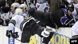 Дэвин Сетогучи из San Jose Sharks провел жесткий, но чистый силовой прием против защитника Los Angeles Kings Мэтта Грина в матче чемпионата НХЛ. Лос-Анджелес. 26 января 2011 года