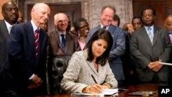 Thống đốc bang South Carolina Nikki Haley ký ban hành luật tháo bỏ lá cờ Liên minh Miền Nam, ngày 09/07/2015.