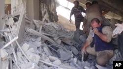 Bekas serangan udara Rusia terhadap sebuah gedung di kota Talbiseh, Suriah (30/9).
