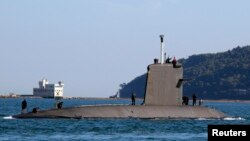 프랑스 군의 잠수함이 툴롱 해군기지를 떠나고 있다. (자료사진)