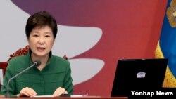 박근혜 한국 대통령이 11일 오전 청와대-세종청사 간 영상국무회의에서 발언하고 있다.