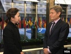 톰 말리노스키 미국 국무부 민주주의·인권·노동 담당 차관보(오른쪽)가 11일 워싱턴 국무부 건물에서 VOA 조은정 기자와 인터뷰 하고 있다.