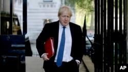 Ministar spoljnih poslova Velike Britanije Boris Džonson stiže na sastanak kabineta u rezidenciji premijerke Tereze Mej, 1. maja 2018. (Foto: AP /Matt Dunham)