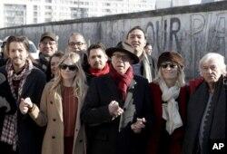 دیهگو لونا، بازیگر مکزیکی، رئیس و میهمانان جشنواره برلین، در نمایش رسانهای اعتراض به دونالد ترامپ