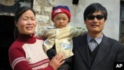 Chen Guangchen (kanan) beserta anaknya Chen Kerui dan istrinya YUan Weijing (kiri) di provinsi Shadong, Tiongkok (Foto: dok).