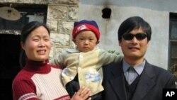Aktivis Chen Guangcheng (kanan) bersama istri dan anaknya.Tiongkok mengatakan Chen bebas ke luar negeri menggunakan prosedur yang sesuai.