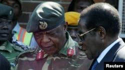 Shugaban Zimbabwe Robert Mugabe da Janar Constantino Chiwenga hafsan hafsoshin kasar wanda ranar Litinin da ta gabata ya ja kunnuwan gwamnatin kasar. Ko ina shugaban yake yanzu?