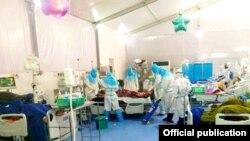 ကိုဗစ္-၁၉ ကုသေရးဌာန(သုဝဏၰ)၊ အထူးၾကပ္မတ္ကုသေဆာင္ (ICU) မွာ ေရာဂါျပင္းထန္စြာခံစားေနရသူကို ကုသေပးေနတဲ့ က်န္းမာေရးဝန္ထမ္းမ်ား။ (ဓာတ္ပံု -Ministry of Health and Sports, Myanmar - ဒီဇင္ဘာ ၁၆၊ ၂၀၂၀)