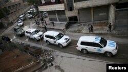Konvoi bantuan dari PBB dan Bulan Sabit Merah memasuki Kafr Batna pinggiran Damaskus, untuk mendistribusikan bantuan pangan, Selasa (23/2). Para diplomat PBB terus mendorong upaya gencatan senjata di Suriah.