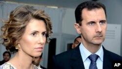 Suriya Prezidenti Bashar Assad (o'ngda) rafiqasi Asma Assad bilan, 2010-yil, 13-iyul.